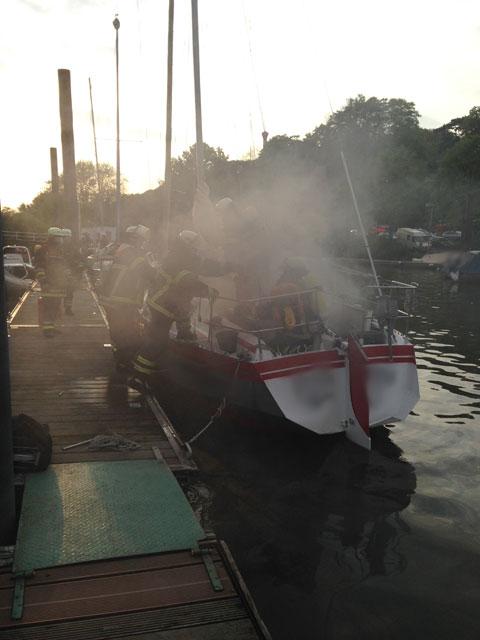 Die FF Nienstedten im Einsatz bei einem brennenden Boot